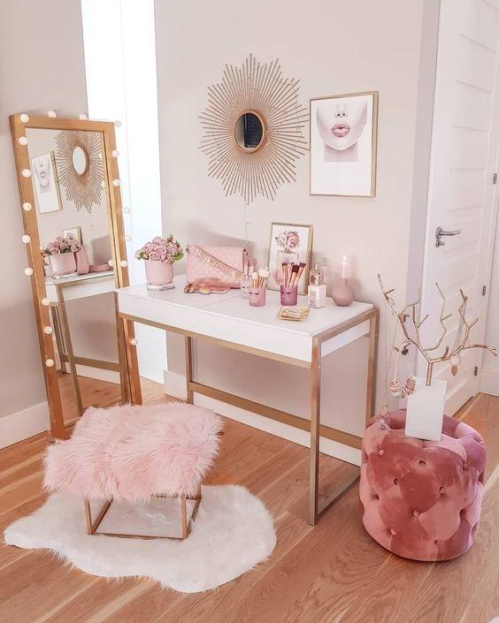 Màu hồng nhẹ nhàng, tinh khôi giúp không gian phòng của bạn gái thêm rộng mở