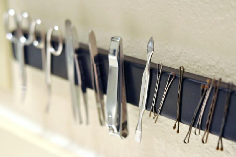 Thật khó để tìm những vật dụng này trong một đống lộn xộn. Hãy dùng một thanh nam châm để giải quyết vấn đề này