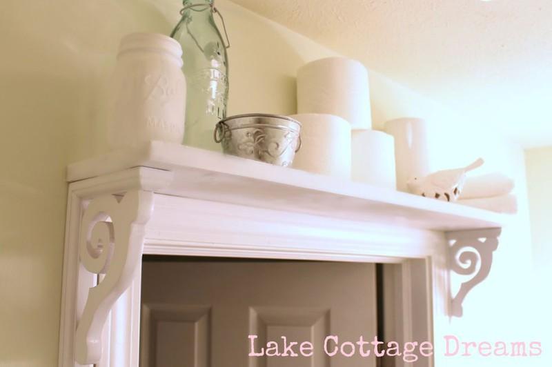 Những giá gỗ ở phía trên cửa ra vào có thể dùng chứa những đồ ít dùng hàng ngày