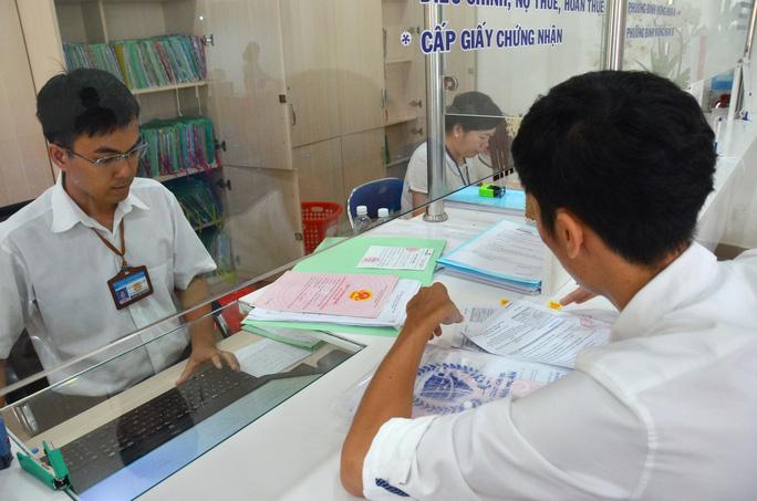Người dân làm thủ tục đất đai tại quận Bình Tân, TP HCM Ảnh: TẤN THẠNH