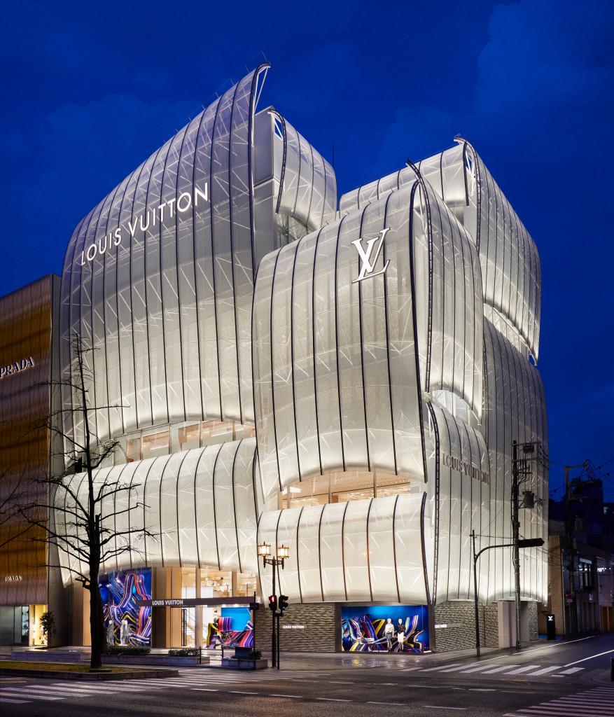 Công ty kiến trúc Nhật Bản Jun Aoki & Associates và studio kiến trúc New York Peter Marino hợp tác thiết kế cửa hàng.   Mặt tiền của nó thiết kế dựa trên những cánh buồm mờ ảo của các tàu chở hàng Higaki-kaisen truyền thống, liên quan đến lịch sử thành phố như là một cảng quan trọng.