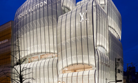 Cửa hàng Osaka hàng đầu của Louis Vuitton được bao phủ trong những cánh buồm cong