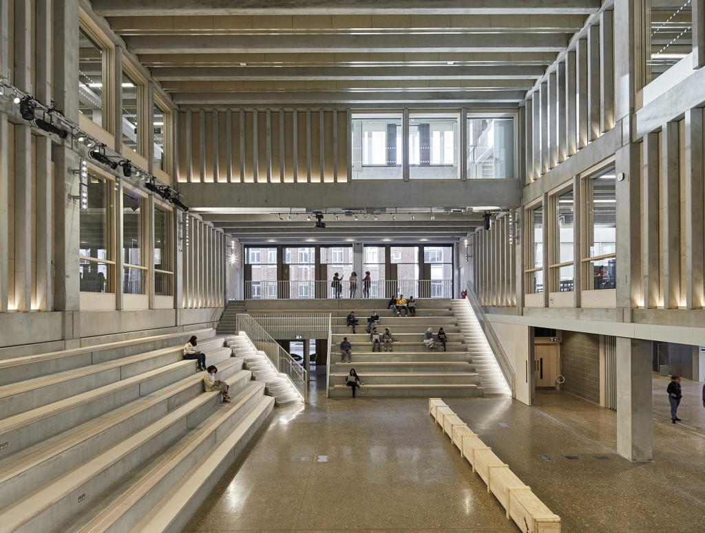 Toà nhà chính, Đại học Kingston (Ảnh chụp bởi Ed Reeves)