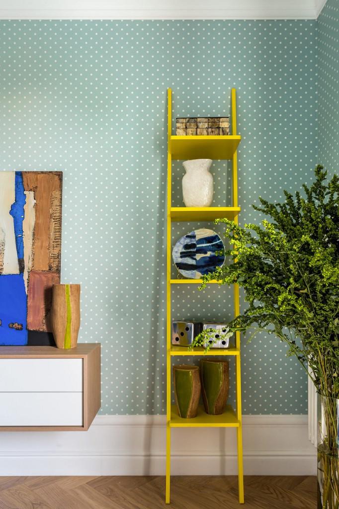 Kệ thang màu vàng tạo sự tương phản ở cuối phòng