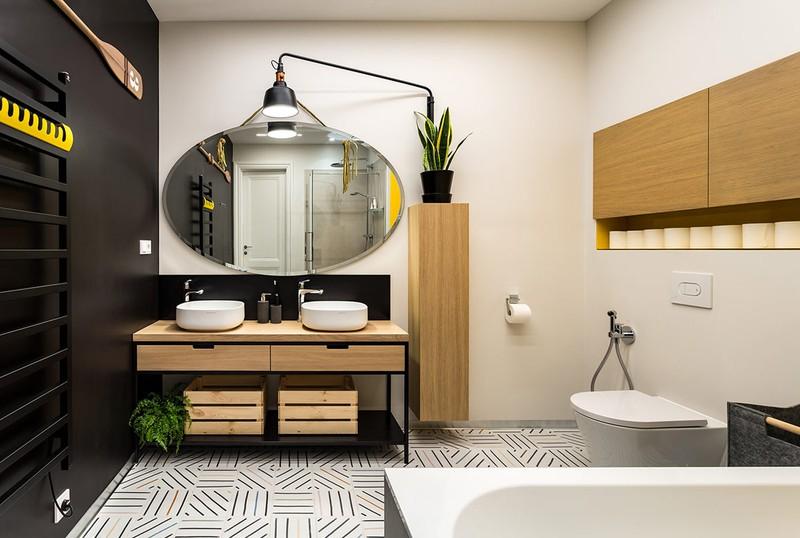 Phòng tắm hiện đại được bao quanh bởi các tông màu đen, trắng, vàng và nâu gỗ