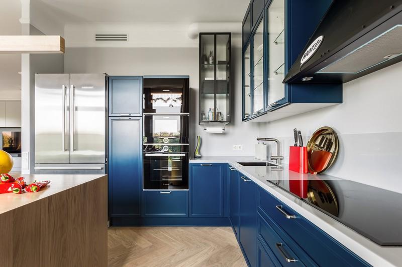 Thay vì để nguyên tông màu gỗ, tủ bếp được sơn màu xanh dương mang đến sự khác biệt