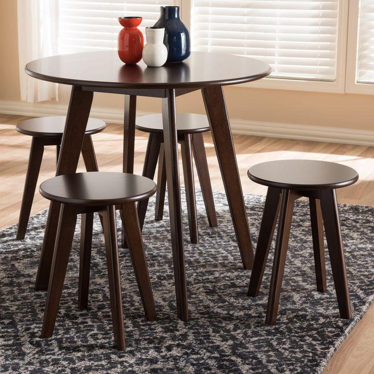 Một lựa chọn khác có nhiều chỗ hơn với kiểu bàn tròn bốn ghế, kiểu bàn này chiếm ít không gian hơn so với một bộ phòng ăn thông thường.