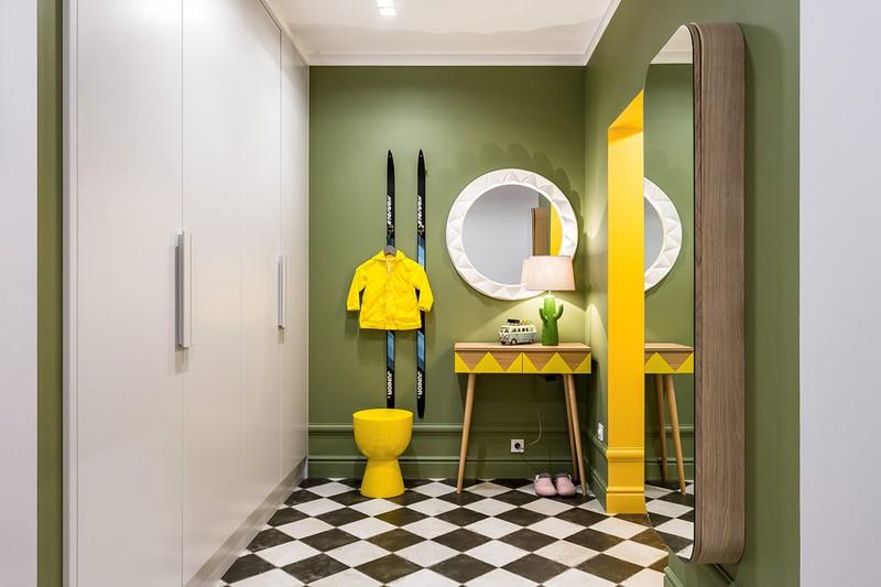Cạnh lối vào phòng ngủ, bức tường màu xanh lá cây mang đến cảm giác mát mẻ
