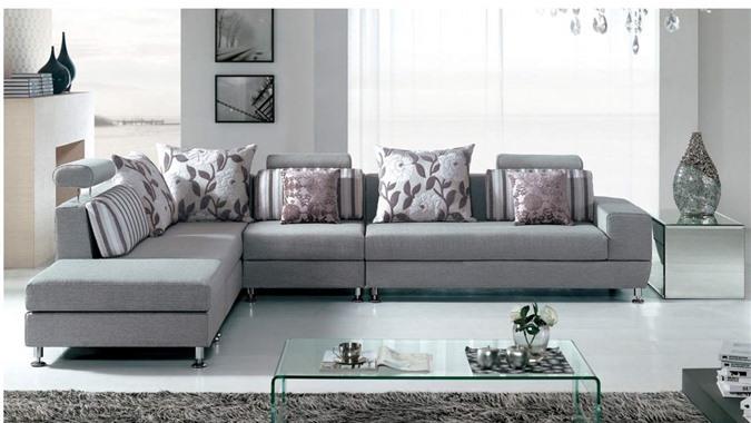 Nên chọn sofa có kích thước và màu sắc phù hợp với thiết kế phòng khách