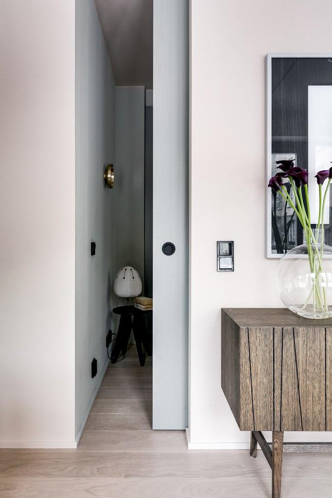 Nằm cạnh phòng khách, phòng ngủ có hai lối vào ở hai bên giường. Trải dài toàn bộ căn phòng, chiếc giường được đóng khung bằng tủ gỗ veneer tro tích hợp với tay cầm cắt tròn được thiết kế bởi Note và được xây dựng bởi thương hiệu đồ gia dụng Thụy Điển Asplund.