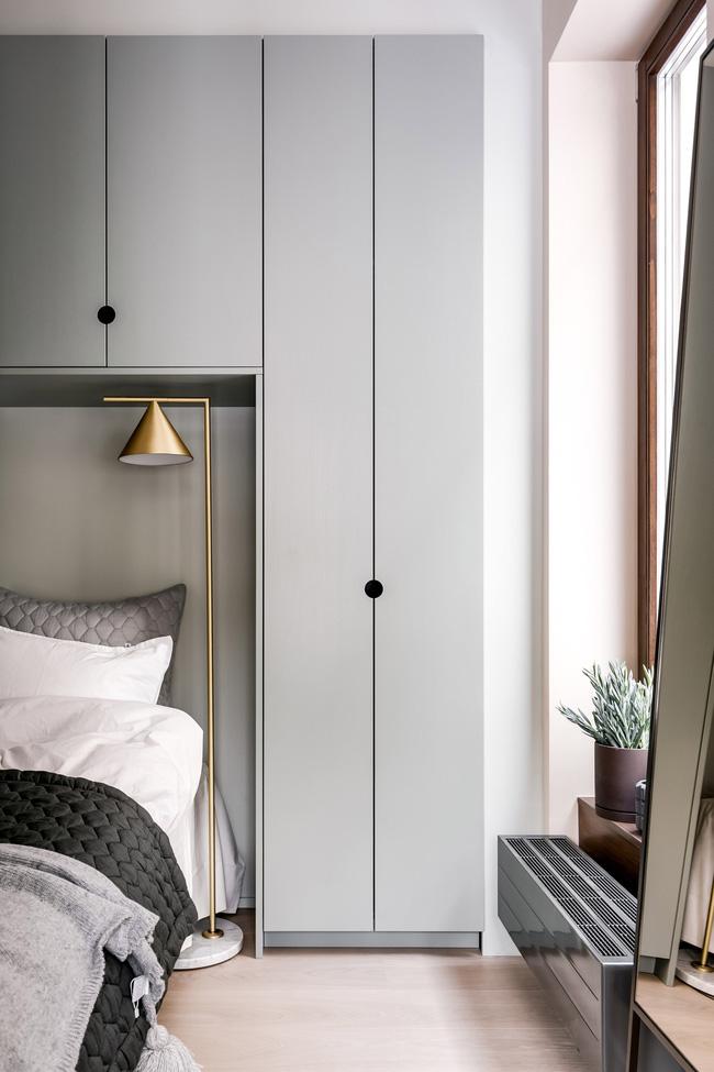 Mặc dù chức năng của các không gian được mô tả là điển hình của Scandinavia, các giải pháp thiết kế vui tươi của căn hộ - chẳng hạn như tay nắm cửa và các chi tiết đầy màu sắc