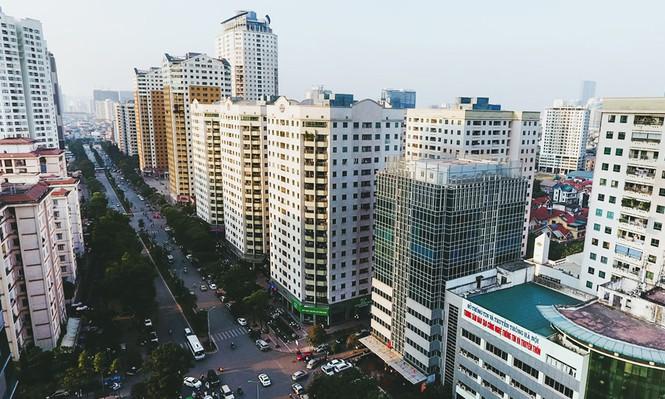 Nhà cao tầng đua nhau mọc lên dọc hai bên tuyến đường Lê Văn Lương (Hà Nội) gây quá tải hạ tầng, thường xuyên ùn tắc