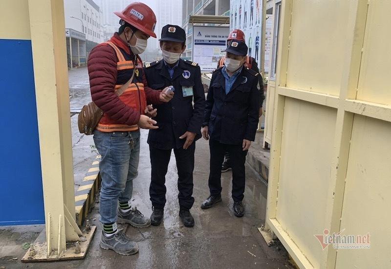 Ngay từ những ngày đầu mùa dịch tại nhiều công trình xây dựng đã thực hiện nhiều biện pháp phòng chống tích cực (Ảnh: Công nhân vào công trường dự án The Zei (Mỹ Đình, quận Nam Từ Liêm, Hà Nội) được kiểm tra thân nhiệt từ cửa)