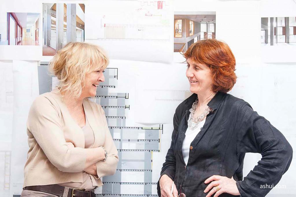 Yvonne Farrell và Shelley McNamara (ảnh chụp bởi Alice Clancy)