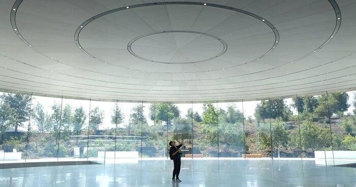 Khán phòng Steve Jobs Theater không có bất kì một cột trụ nào để đỡ phần trần nhà hoặc để chia cắt âm thanh. Dù vậy, những gì diễn ra trong sự kiện iPhone X năm ngoái cho thấy không có một âm vang nào được phát ra. Apple cho biết những người xuất hiện trong khán phòng đóng vai trò là một đối tượng hút âm thanh. Dù vậy, nếu chỉ có một nhóm nhỏ người trong khán phòng, Apple sẽ được một số thiết bị hút âm thanh tạm thời nên các bức tường.
