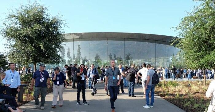 Steve Jobs Theater được thiết kế để có thể chống chịu được những trận động đất mạnh 8+ độ richter. Mặc dù toàn bộ công trình trông như một khối thống nhất thế nhưng ngoại thất các tấm kính và phần mái nhà đều được đặt trên các ngăn cách theo cơ chế con tắc, cho phép chúng duy trì được sự cân bằng ngay cả khi mặt đất rung chuyển. Apple thậm chí còn khẳng định Steve Jobs Theater vẫn sẽ đứng vững ngay cả khi toàn bộ phần tường kính của nó (bao gồm 44 tấm) bị vỡ.