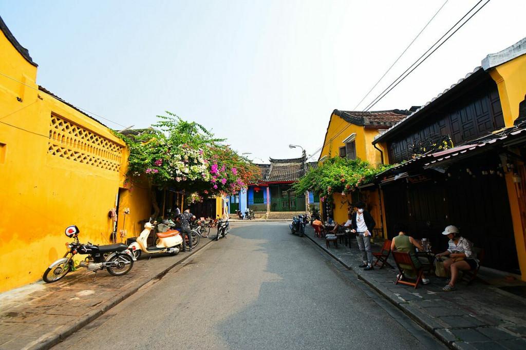 Những con đường vốn đông đúc khách du lịch tại Hội An vắng lặng vào ngày 18/3. Ảnh: Xuân Tân