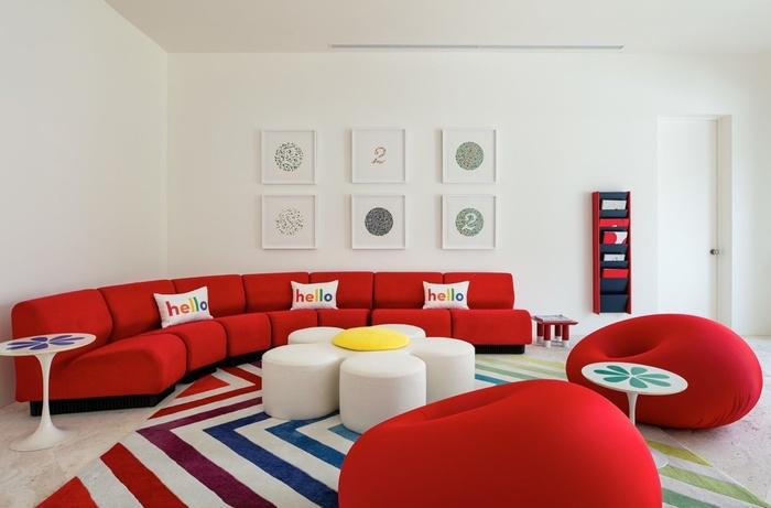 Ghế sofa đỏ là sự lựa chọn đúng đắn giữa không gian với màu trắng làm chủ đạo.