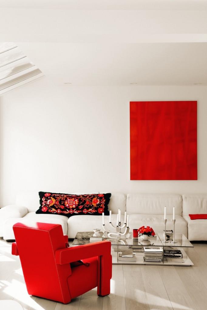 Nếu bạn đã trang trí nhà với gam màu trung tính nhưng lại mong muốn có cái gì đó sống động hơn cho không gian thì hãy sử dụng thêm một chiếc ghế màu đỏ, một bình hoa, một chiếc gối trang trí màu đỏ.