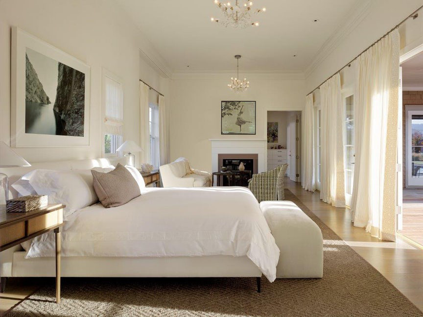 Những bộ rèm cửa đơn sắc đồng điệu với gam màu trung tính chủ đạo là lựa chọn rất tuyệt vời cho phòng ngủ