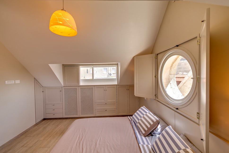 Là một không gian luôn yêu cầu mang đến người dùng sự thoải mái, dễ chịu thì gam màu trung tính luôn là lựa chọn hoàn hảo nhất cho phòng ngủ