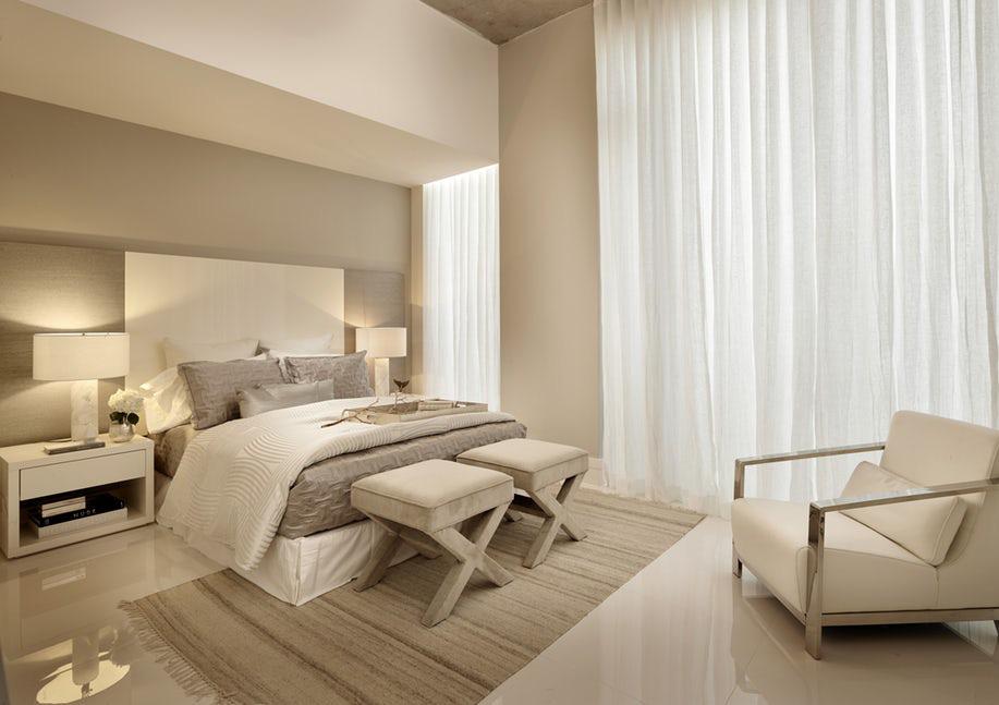 Ánh sáng cũng góp một phần tạo nên cảm giác dễ chịu bên trong những căn phòng ngủ theo gam màu trung tính