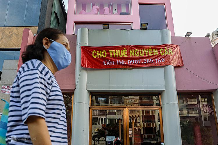 Nhà mặt tiền rao cho thuê trên đường Phan Xích Long đóng cửa ngày 5/3. Ảnh: Quỳnh Trần