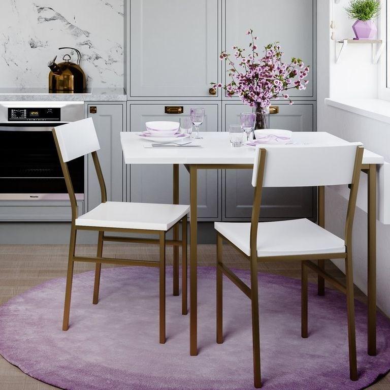 Màu trắng luôn là gam màu dễ ăn gian diện tích nhất, vậy nên không có gì lạ khi bàn ghế ăn được sơn bằng màu trắng.