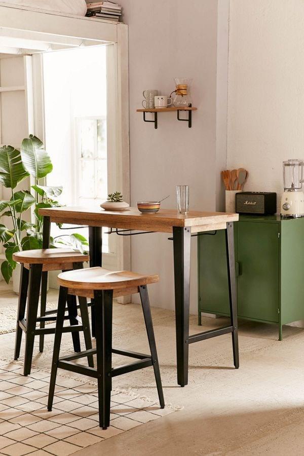 Bàn ăn sáng dành cho gia đình từ hai đến bốn người. Ghế có thể sắp xếp gọn gàng ở dưới bàn mà không hề ảnh hưởng đến diện tích.