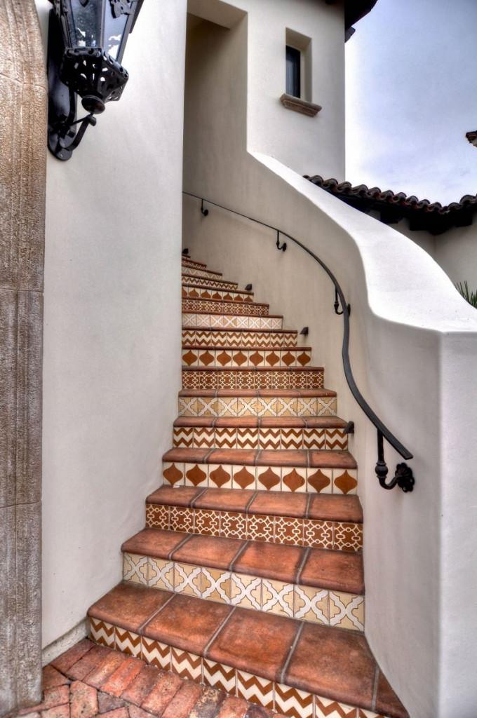 Ốp gạch họa tiết cho cầu thang ngoài trời là một lựa chọn không tồi
