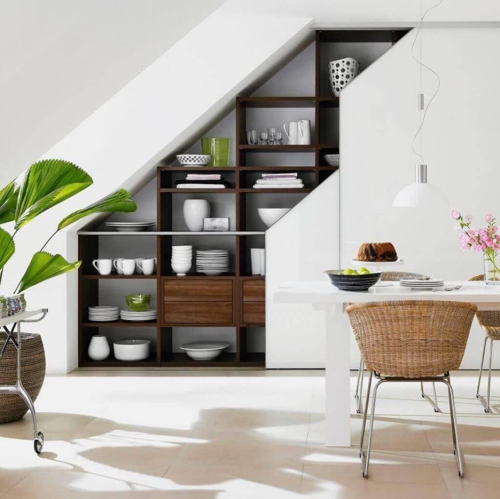 Những ngăn tủ âm tường có thể được sử dụng để lưu trữ chén, đĩa hoặc những đồ dùng ít khi dùng tới