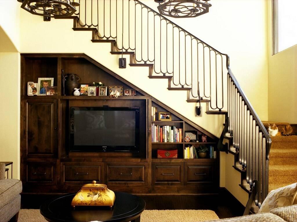 Nếu không có quá nhiều sự lựa chọn gia chủ có thể sắp xếp tủ âm tường phòng khách khoảng trống dưới cầu thang