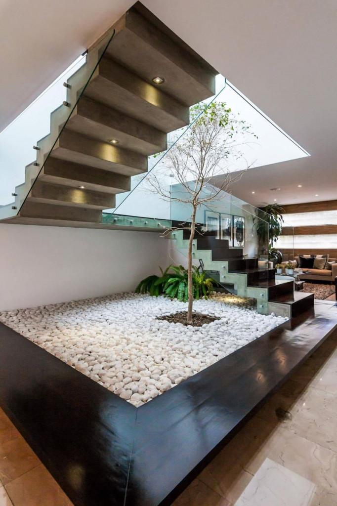 Do gầm cầu thang thường kín và thiếu nắng nên gia chủ cần lựa chọn loại cây phù hợp trồng trong nhà