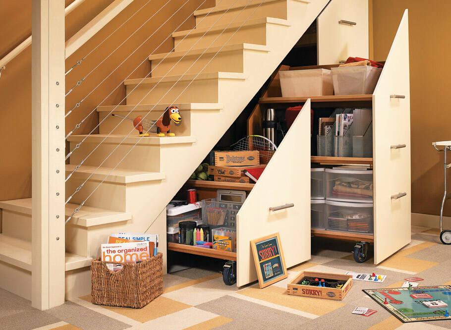 Tủ âm tường dưới cầu thang cần được thiết kế sao cho tiện lợi dễ dàng di chuyển