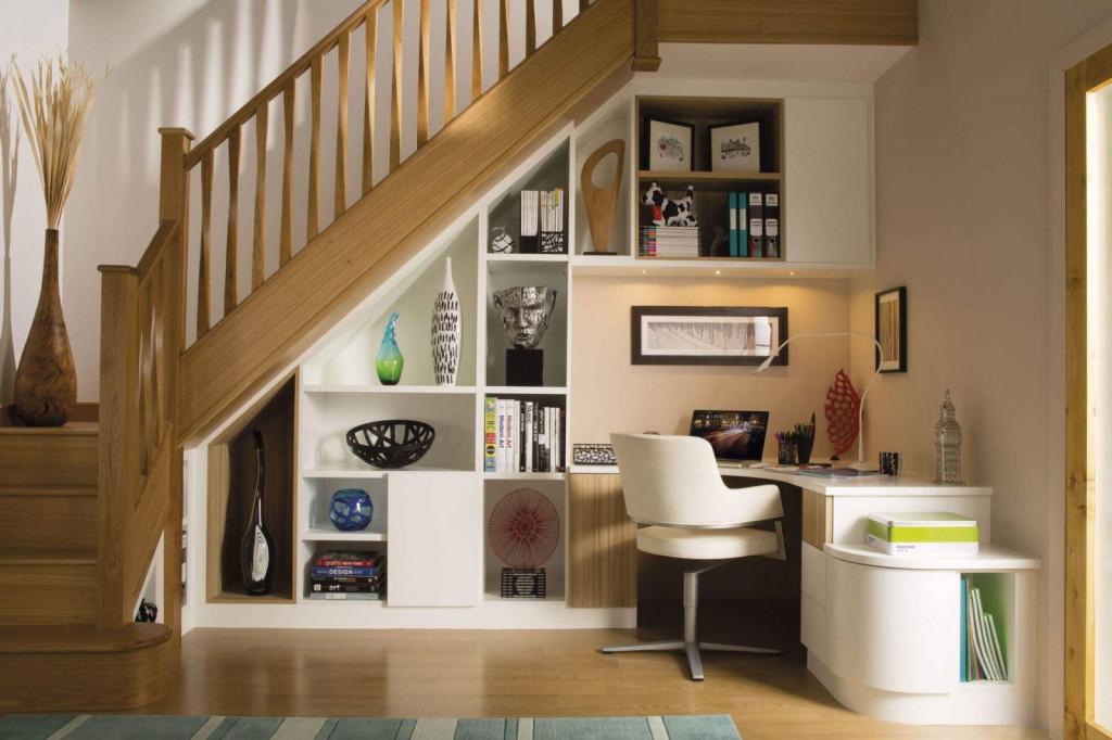 Thay vì bố trí nơi làm việc trong phòng ngủ, bạn có thể làm việc ngay dưới cầu thang