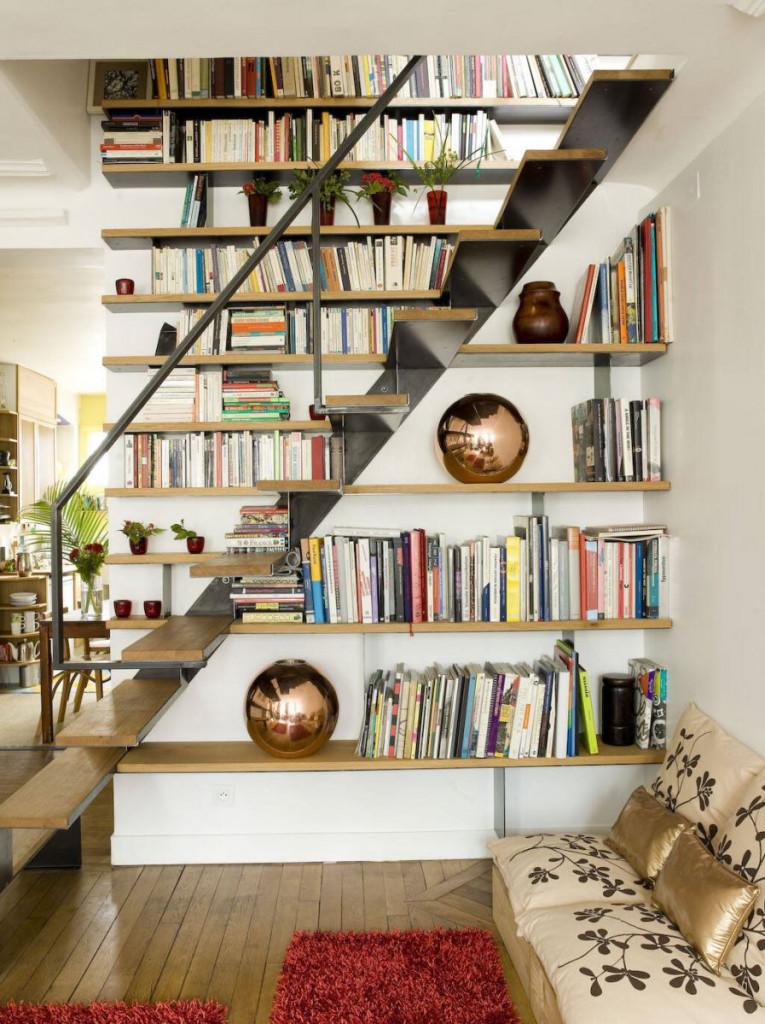 Ngoài ra, bạn cũng có thể biến gầm cầu thang thành nơi trưng bày các đồ sưu tầm đẹp mắt hoặc tranh ảnh của gia đình
