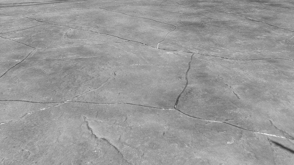 Tuy nhiên, sàn bê tông thường gặp vấn đề với độ ẩm gây ra các hiện tượng như trồi rộp, nứt vỡ