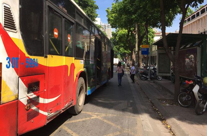 Số lượng điểm dừng xe buýt có nhà chờ trên địa bàn thành phố Hà Nội hiện còn ít nên đã phần nào ảnh hưởng tới chất lượng dịch vụ