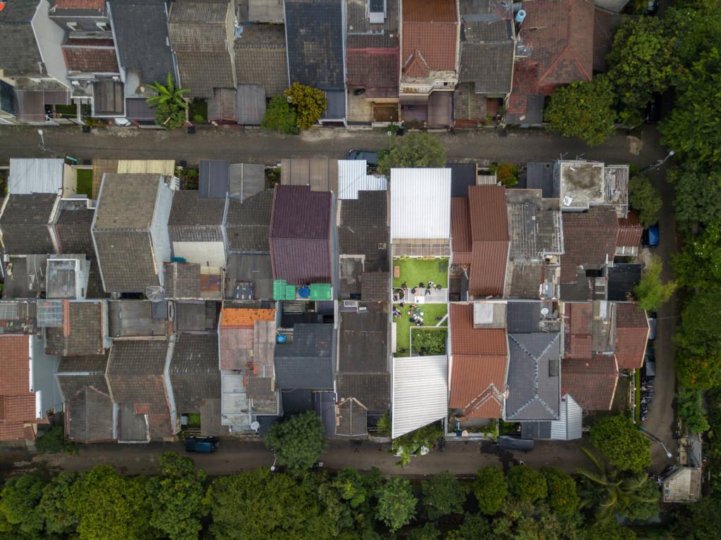 Ngôi nhà nổi bật hơn hẳn so với những công trình trong khu vực