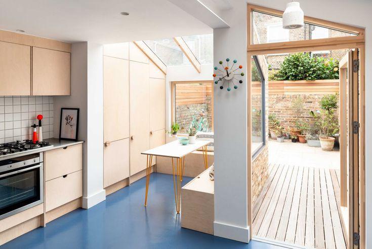 Tủ bếp làm bằng ván ép từ gỗ bạch dương xinh xắn, sàn nhà cao su màu xanh da trời, đồ dùng bằng thép không gỉ là những yếu tố không thể thiếu của phòng bếp gia đình.