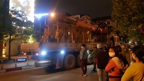 Cẩu tháp được đưa đến trong đêm 22/4 trước sự bất ngờ của các hộ dân