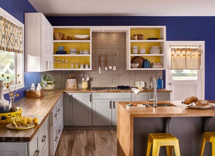 Không chỉ là trào lưu thời trang, vintage còn được nhiều người chọn làm phong cách chính cho không gian nấu nướng của gia đình. Nét nhẹ nhàng, tinh tế của các yếu tố cổ điển kết hợp vẻ đẹp hiện đại của các tiện ích tạo nên không gian bếp sang trọng nhưng vẫn thân thuộc và ấm áp. Để toát nên đặc trưng của phong cách vintage, bạn có nhiều cách sáng tạo và kết hợp khác nhau. Ảnh: Listok.