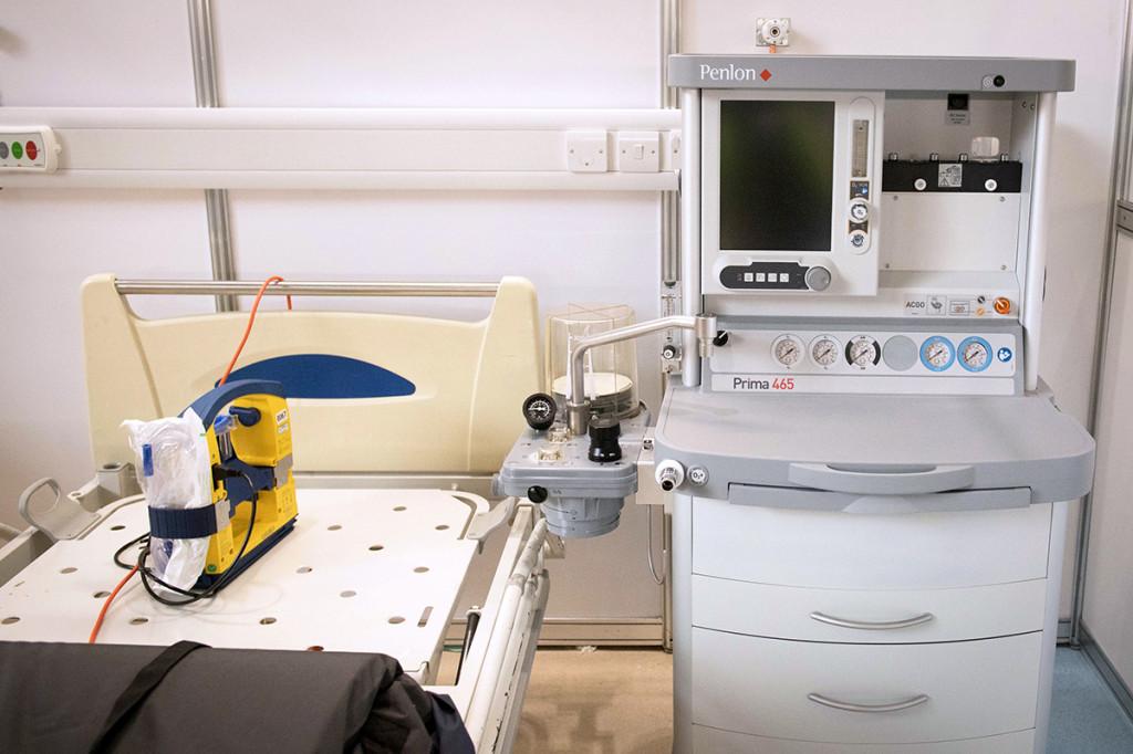 Hiện, bệnh viện dã chiến đã hoàn tất lắp đặt trước 500 giường với đầy đủ trang thiết bị y tế, bao gồm máy trợ thở, hệ thống tiếp oxy.