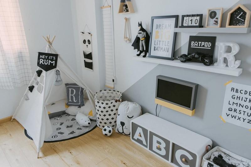 Các món đồ trang trí được lựa chọn cẩn thận với các tông màu trắng - đen - ghi. Phần tường chọn giải pháp dán decal, vừa sạch vì không thấm nước và lau dễ dàng hơn sơn, ngoài ra có thể thoải mái dán tranh ảnh lên mà bóc ra vẫn không bị hỏng tường.