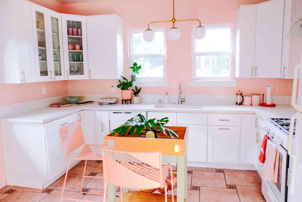 Đầu tiên, màu sắc sẽ tạo nên tính thống nhất và cân đối cho không gian. Do đó, việc lựa chọn màu sơn cho căn bếp vintage rất quan trọng. Những tông màu tươi sáng, ngọt ngào hay gam trung tính trầm lắng, đượm buồn hoặc vẻ cổ điển nhưng không quá cầu kỳ của các màu sơn pastel. Màu phổ biến trong căn bếp vintage thường là vàng nâu, đỏ, xanh lam, rêu, màu pastel hồng nhạt, be, kem... toát lên cảm giác ấm cúng và bình yên. Ảnh: MyDomaine.