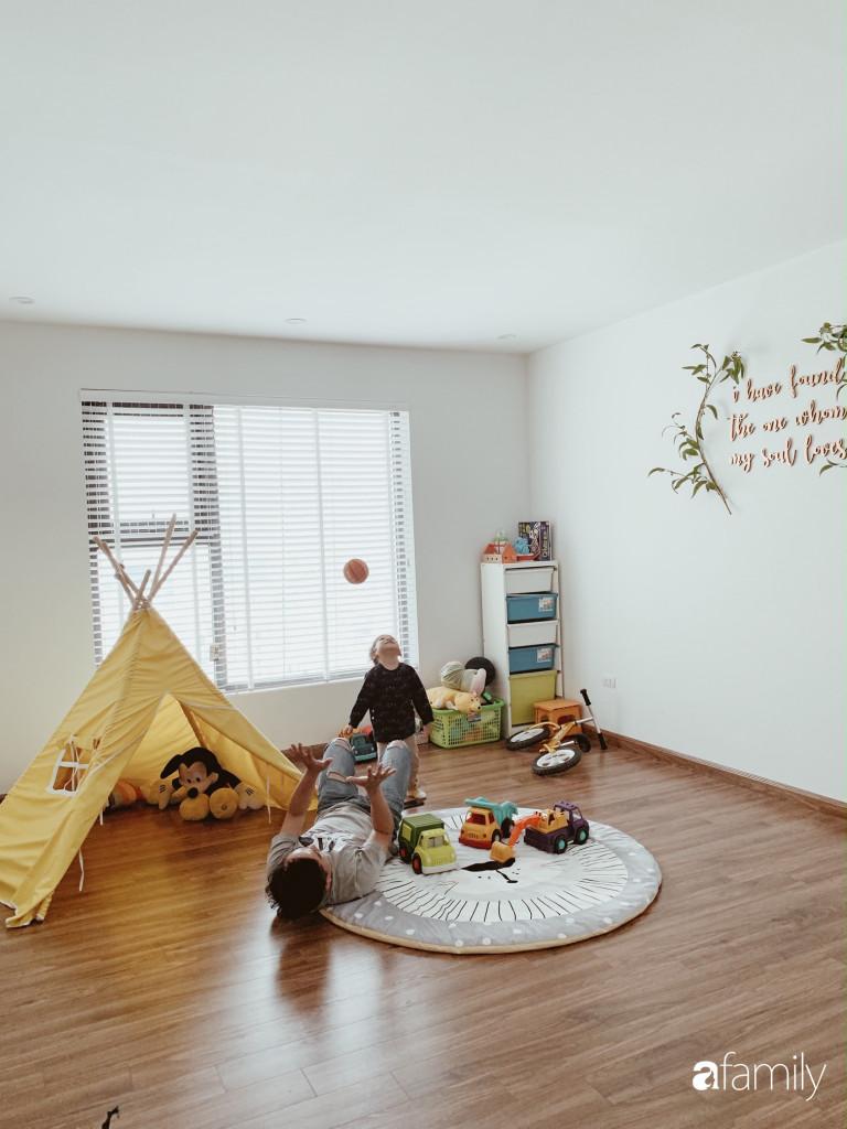 Không gian của con được bày biện đơn giản với thảm, khu vực kệ cất trữ đồ chơi và cửa sổ thông thoáng đón nắng gió bên ngoài. Bố mẹ có thể thoải mái vui chơi cùng con.