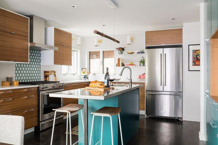 Tủ bếp sáng màu và tường chắn bếp thiết kế ấn tượng là hai nét đặc trưng mang lại sự vui tươi cho không gian bếp này.
