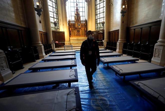 Các giường bệnh bên trong một nhà thờ ở New York, Mỹ