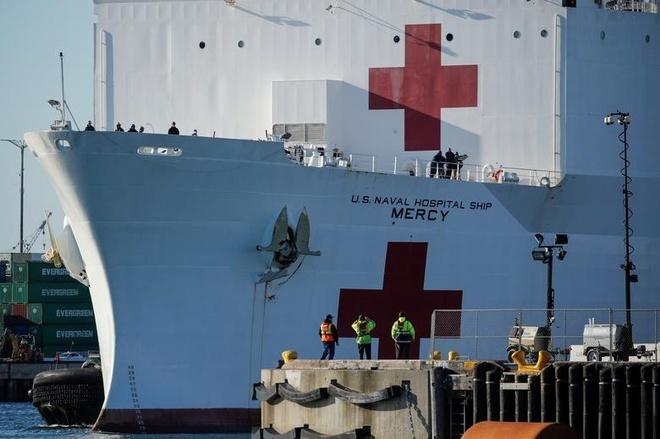 Tàu USNS Mercy cập cảng Los Angeles để hỗ trợ các cơ sở y tế ở San Pedro, California (Mỹ) hôm 27/3