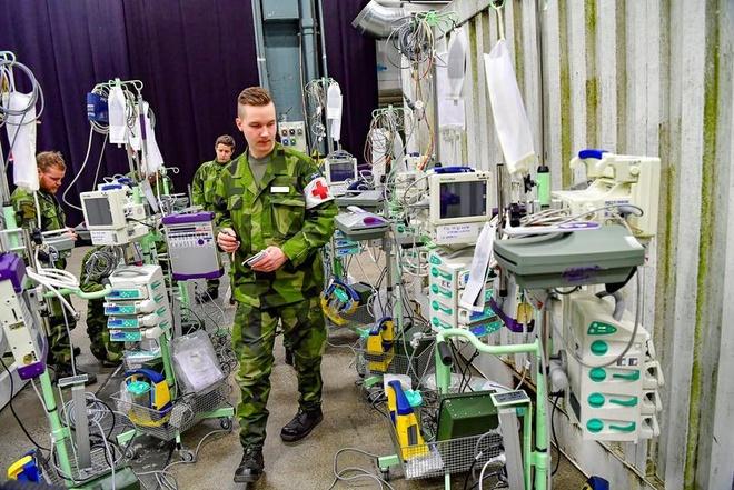 Lực lượng vũ trang Thụy Điển xây dựng một bệnh viện dã chiến bên trong trung tâm triển lãm Stockholmsmassan ở Stockholm